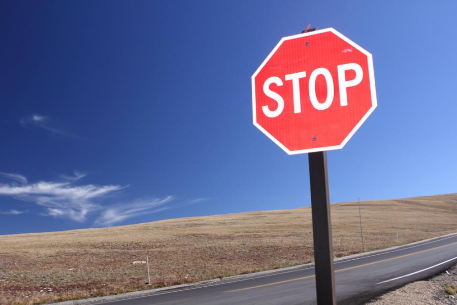 1013552-znak-drogowy-droga-stop